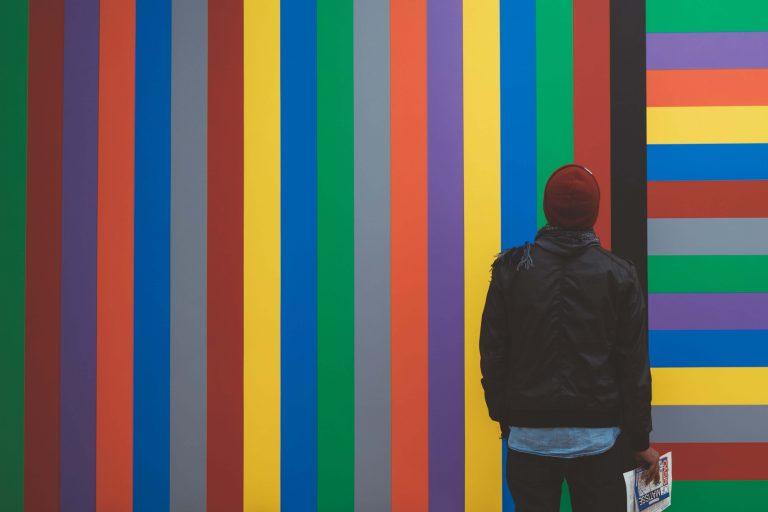 Mężczyzna przed kolorową ścianą