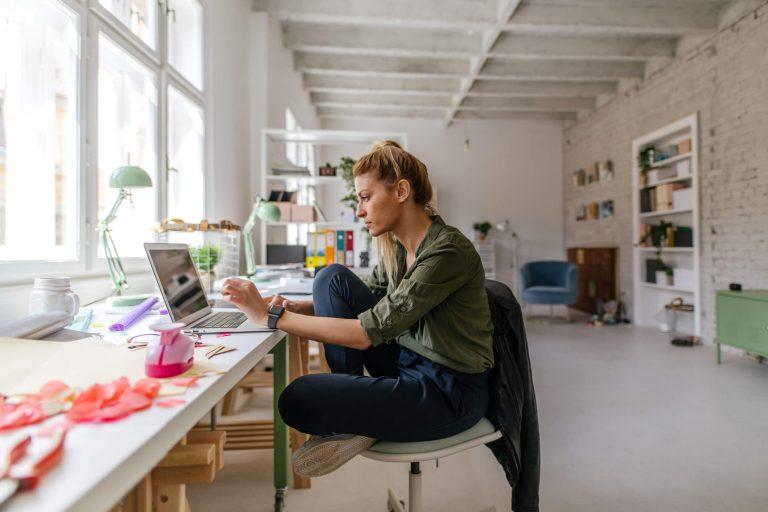 Kobieta siedząca przy komputerze