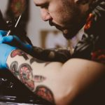 Tatuażysta podczas pracy