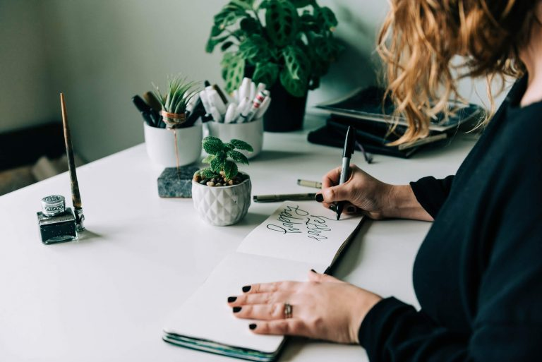 Kobieta ćwicząca brush lettering