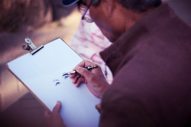 Mężczyzna szkicujący portret