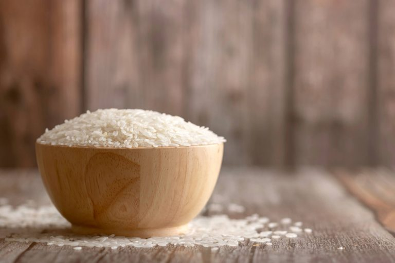 Surowy ryż w drewnianej miseczce