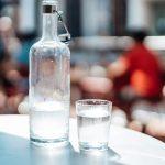 Szklana karafka ze szklanką